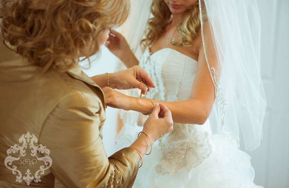 bride's mother helping with jewellery